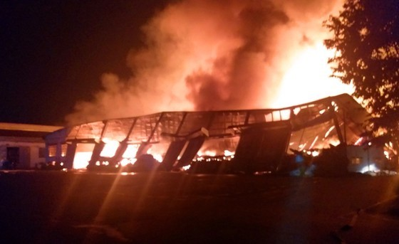 Xí nghiệp gỗ rộng hơn 28.000ha bốc cháy ngùn ngụt