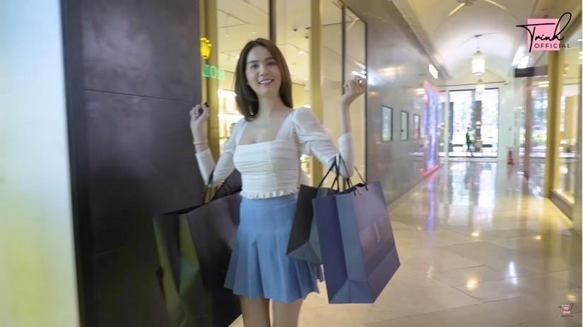 Cô nàng rất thích thú khi được thả phanh mua sắm
