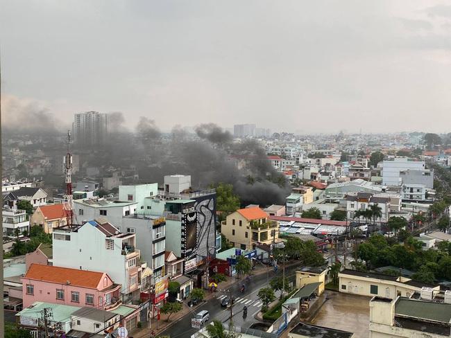 Kho chứa phụ tùng ô tô cháy ngùn ngụt, khói đen bốc lên cao hơn chục mét