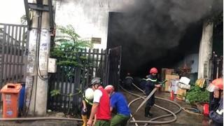 Kho chứa phụ tùng ô tô cháy ngùn ngụt, khói đen bốc cao hơn chục mét