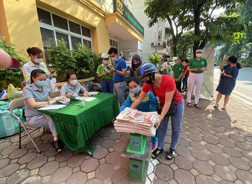 Người dân mang rác tái chế đến điểm thu đổi tại số 282 Kim Mã