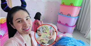 Thủy Tiên khoe được con gái cho một xấp tiền polymer để xây nhà