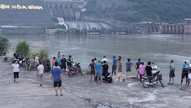 Rủ nhau xuống bờ sông Đà chụp ảnh, nam sinh đuối nước mất tích