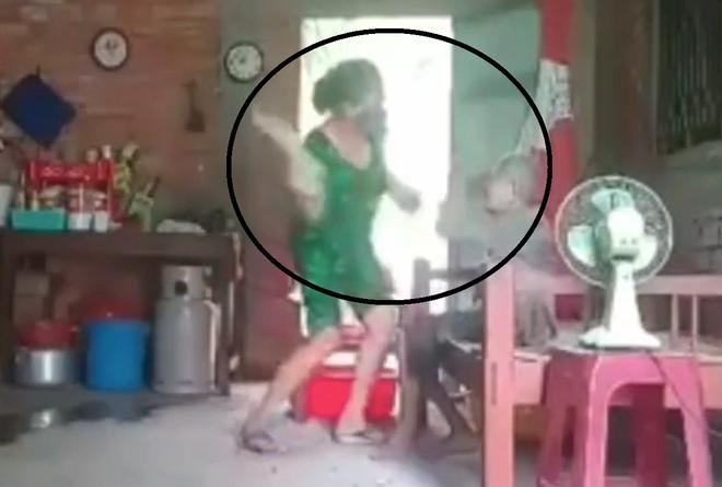 Lời khai của con gái đánh đập, chửi bới mẹ 88 tuổi