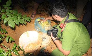 4 đối tượng bị bắt quả tang chôn giấu 13 bánh heroin trong vườn