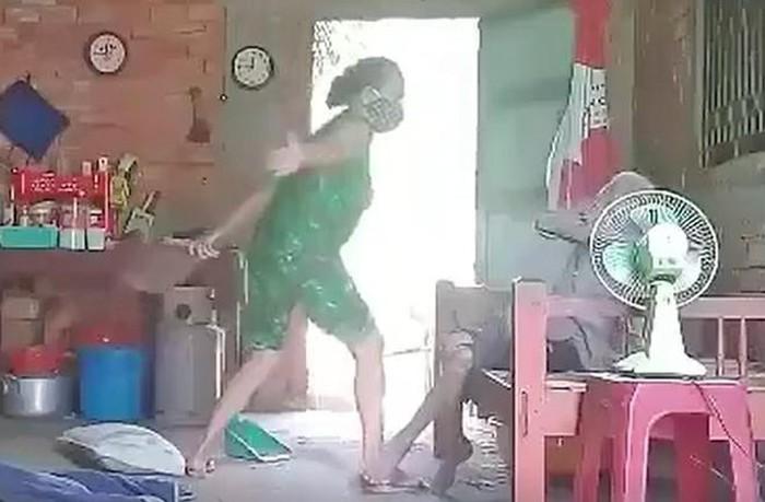 Khởi tố, bắt tạm giam người phụ nữ đánh đập, xúc rác đổ lên đầu mẹ ruột ở Long An