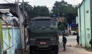 Bị dừng kiểm tra, tài xế xe ben đổ đá ra đường rồi bỏ trốn