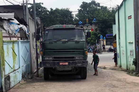 Truy tìm tài xế xe ben giả biển số xe quân đội đổ đá ra đường rồi bỏ trốn