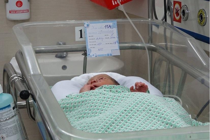 Bé sơ sinh bị bỏ rơi ở khe tường đã xuất viện, được bố mẹ đến đón