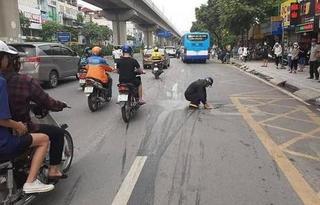 Người đàn ông nhận 'mưa' lời khen khi làm hành động đẹp giữa phố Hà Nội