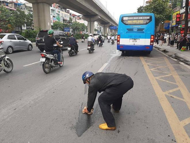 Người đàn ông nhận mưa lời khen sau khi làm hành động đẹp giữa phố