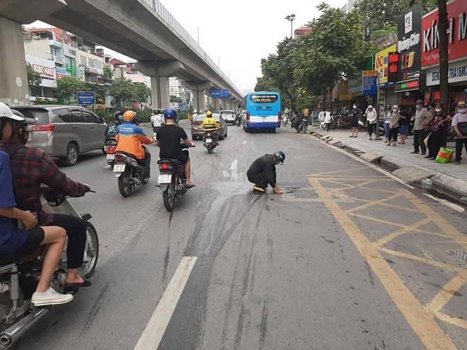 Người đàn ông nhận 'mưa' lời khen sau khi làm hành động đẹp giữa phố