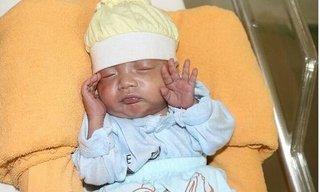 Em bé sinh non nhỏ như 'chiếc bánh mì' vượt cửa tử sau 3 tháng ở viện