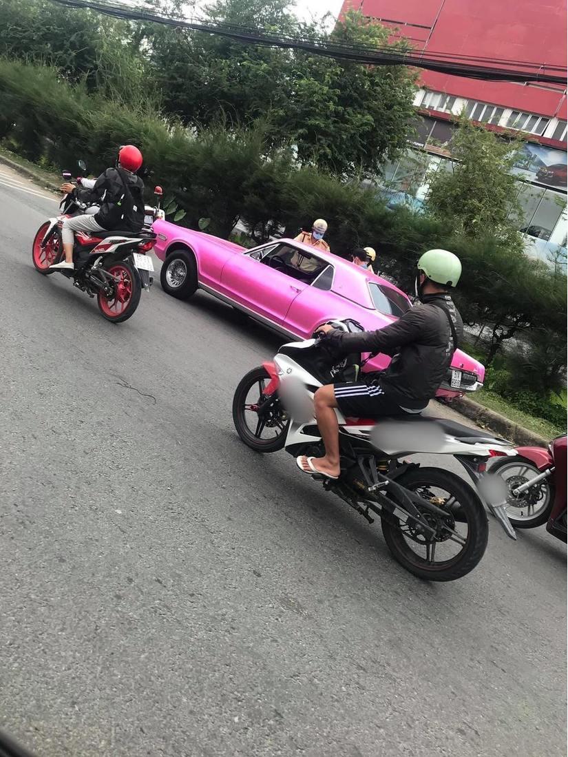 Chiếc xe tông hồng của Binz bị cảnh sát giao thông hỏi thăm