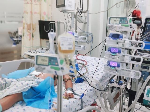 Truyền 2 lít máu cứu bé trai 13 tuổi nguy kịch do bị sốc sốt xuất huyết nặng