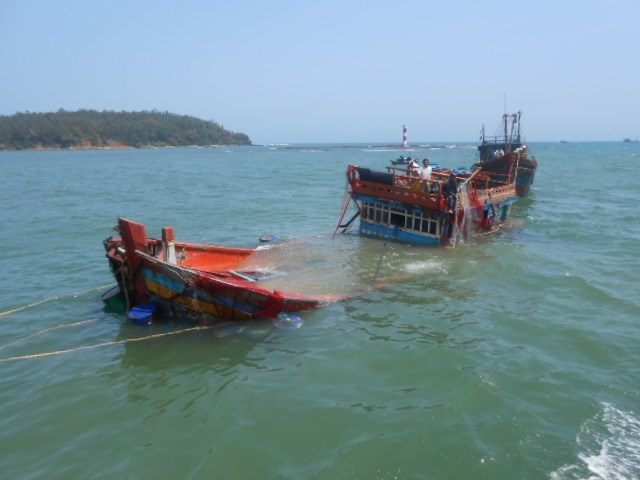 Tàu câu mực bị tàu lạ đâm chìm, 3 ngư dân bị thương nặng và mất tích
