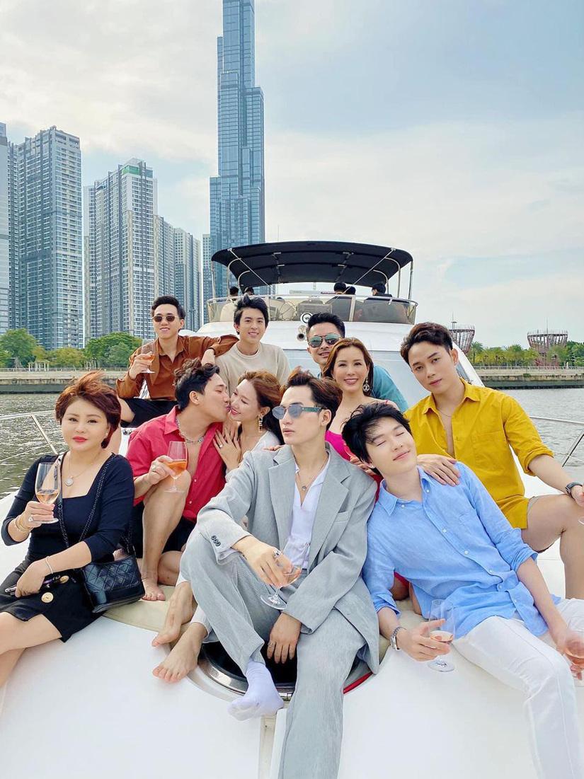 Trấn Thành Hari Won cùng hội bạn thân chanh sả ngồi du thuyền dạo quanh Sài Gòn