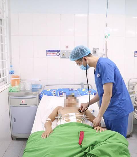 Nam thanh niên sốc đa chấn thương nặng do bị tường rào đổ sập vào người