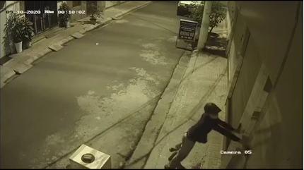 Nhà Trọng Hưng bị 2 kẻ lạ mặt 'khủng bố' bằng chất bẩn trong đêm