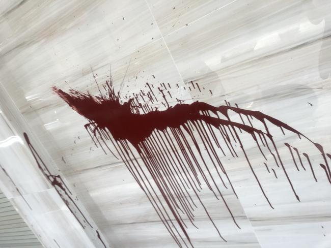Nhà Trọng Hưng bị 2 kẻ lạ mặt 'khủng bố' tạt chất bẩn trong đêm