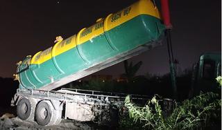 Bắt quả tang 2 xe bồn đổ trộm chất thải trên đại lộ Thăng Long