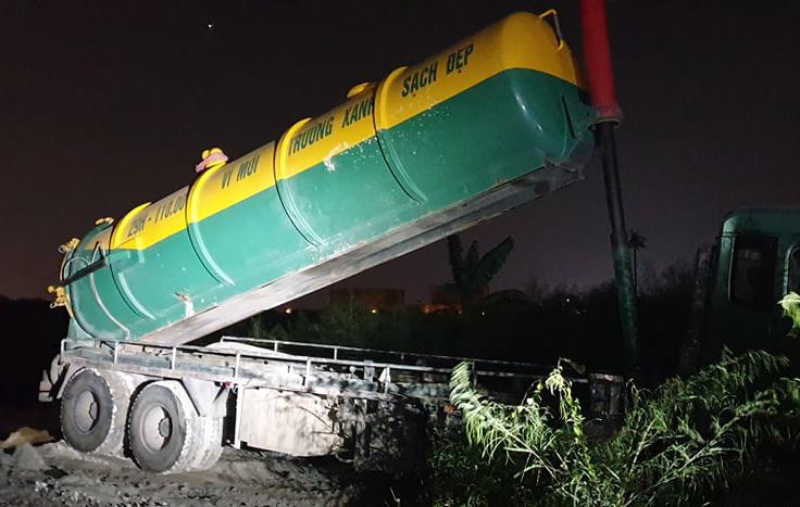 Bắt quả tang 2 xe bồn đổ trộm chất thải trên đại lộ