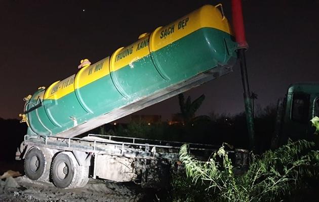 Bắt quả tang xe bồn đổ trộm chất thải.