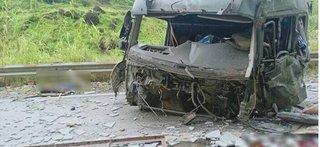 Xe đầu kéo tông vào taluy, 2 người tử vong