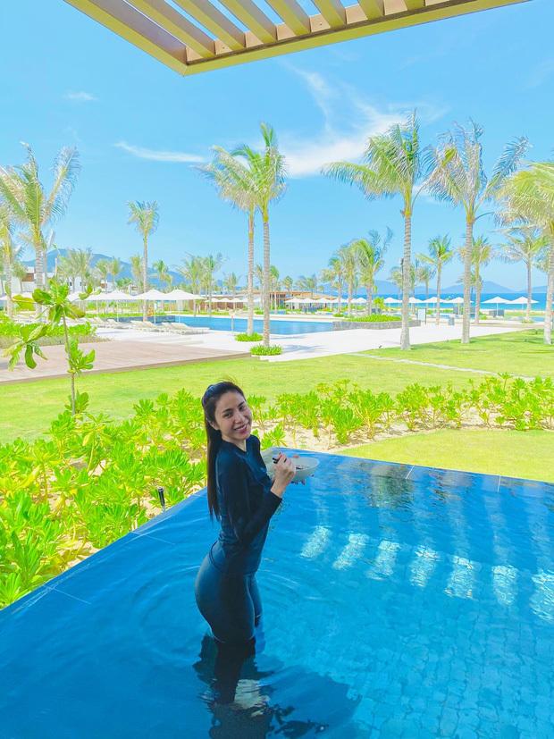 Bị chê mặc bikini phản cảm, Thủy Tiên tung ảnh diện quần áo kín mít xuống hồ bơi để đáp trả