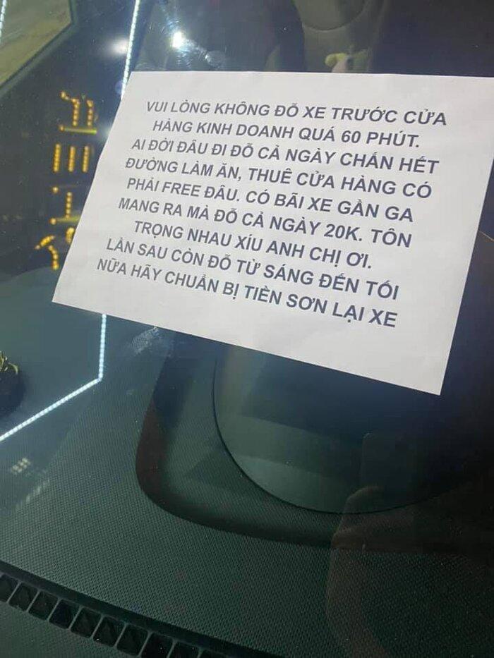 Bức xúc vì chiếc xe đỗ hơn 12 tiếng trước cửa, chủ nhà viết thông báo