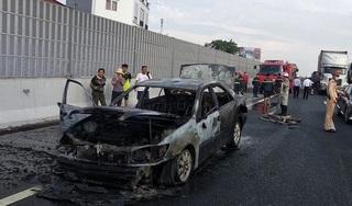 Ô tô Camry cháy rụi trên cao tốc Pháp Vân - Cầu Giẽ