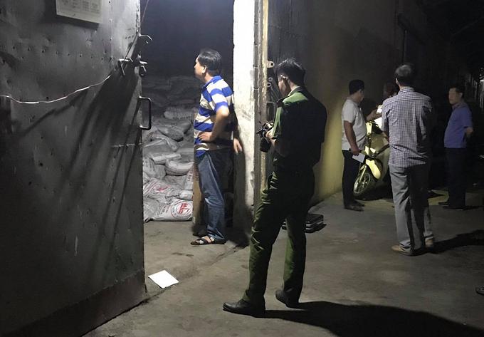 Hàng trăm bao phân đổ đè 2 công nhân tử vong