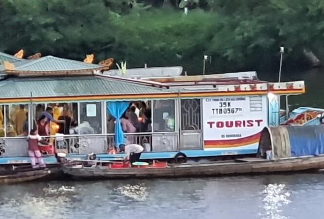 Phạt chủ thuyền rồng xả vàng mã trên sông Hương