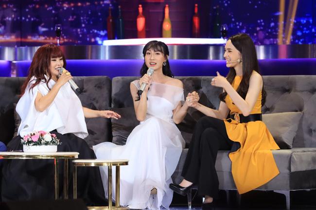 Bị đồn bất hòa, Lynk Lee công khai nắm tay Hương Giang trên sóng truyền hình