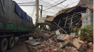Tin tức tai nạn giao thông ngày 14/9: Xe đầu kéo tông sập một cửa hàng trên QL1