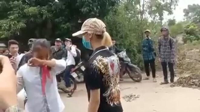 Nữ sinh lớp 7 bị chị đại đánh dã man trên đường đi học về