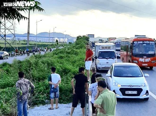 Bị dừng xe kiểm tra, tài xế xe bán tải tông chết cảnh sát cơ động rồi bỏ trốn