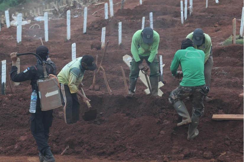 Indonesia: Bắt đào mộ cho nạn nhân Covid-19 vì không đeo khẩu trang