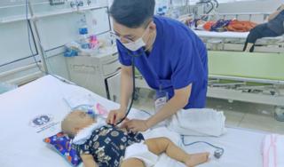 Bé trai 11 tháng tuổi bị kéo đâm trọng thương vùng đầu