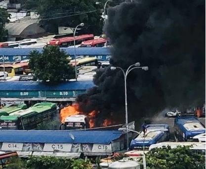 Xe khách giường nằm bốc cháy ngùn ngụt trong bến xe Miền Đông