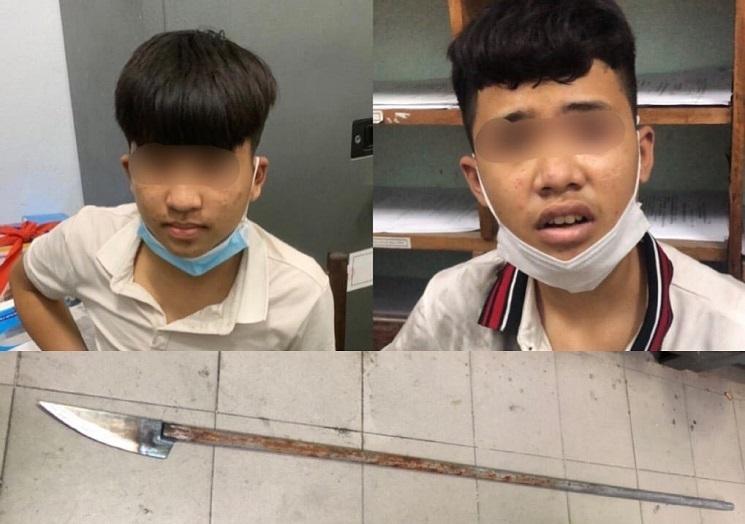 2 thiếu niên mang dao phóng lợn diễu phố còn chống đối cảnh sát