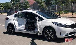 Tin tức tai nạn giao thông ngày 15/9: Va chạm mạnh với ô tô tải, xe con biến dạng