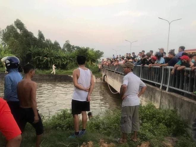 Lao xe xuống dòng nước xiết, ông mất tích còn 2 cháu tử nạn