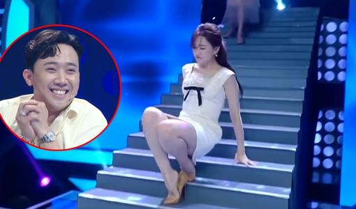 Hari Won 'vồ ếch' khi đang catwalk trên sóng truyền hình
