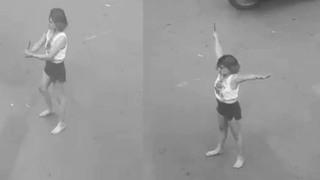 Cô gái cầm dao để phân luồng giao thông ở trung tâm Sài Gòn