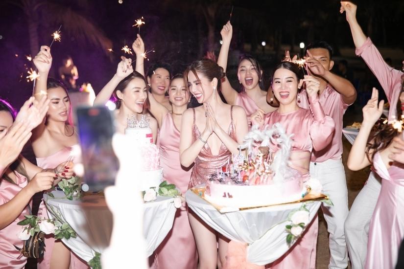 Ngọc Trinh tung loạt ảnh nóng bỏng trong bữa tiệc sinh nhật sang chảnh
