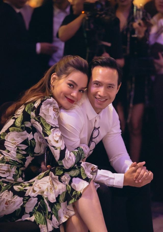 Khoe body cuồn cuộn do 'vợ' chụp, Kim Lý liền bị Hà Hồ 'bóc phốt'