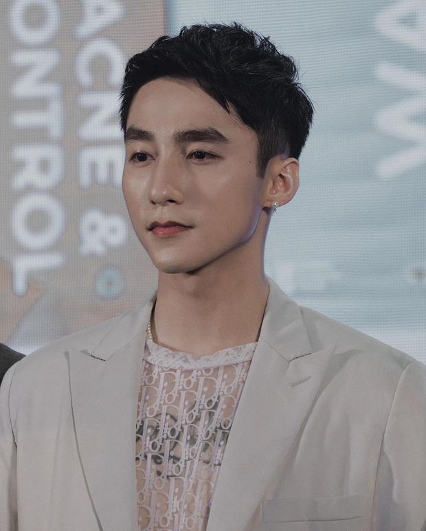 Sơn Tùng đẹp tựa 'nam thần' trong sự kiện quảng cáo thương hiệu mỹ phẩm
