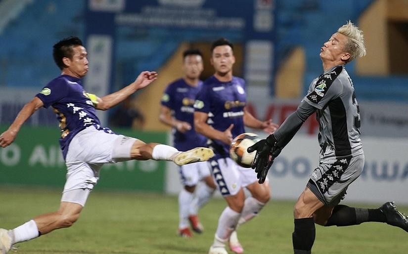 Bùi Tiến Dũng mắc lỗi trong trận thua trước Hà Nội FC
