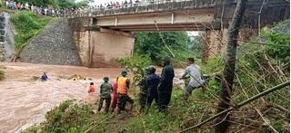 Đi xe máy qua cống tràn, người phụ nữ bị nước cuốn mất tích